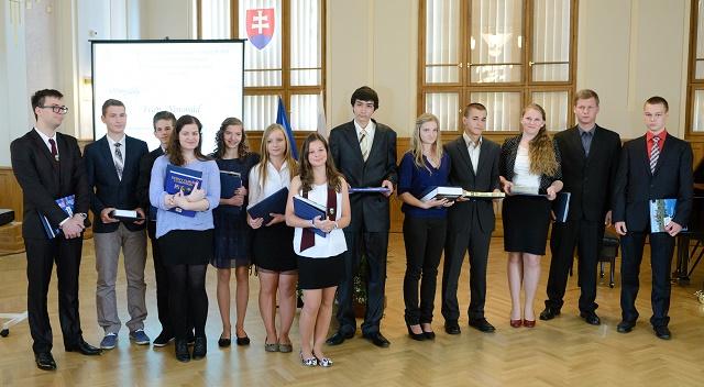 Nadaných stredoškolákov nájdeme aj v iných regiónoch Slovenska, na snímke odmenení stredoškoláci z Nitrianskeho kraja