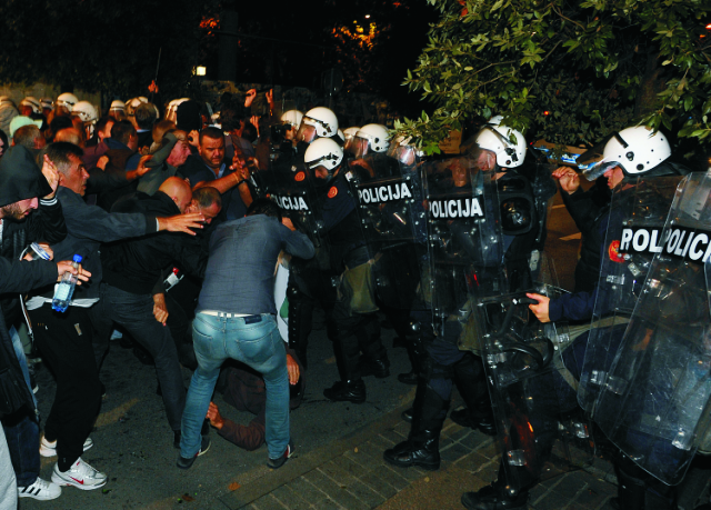 Čiernohorskí protivládni demonštranti sa bijú s policajtmi na protivládnom proteste v Podgorici. Čiernohorská polícia v hlavnom meste Podgorica použila slzotvorný plyn, aby rozohnala protestnú akciu, ktorú zvolala opozícia domáhajúca sa demisie premiéra Mila Djukanoviča, vytvorenia dočasnej vlády a vypísania predčasných parlamentných volieb