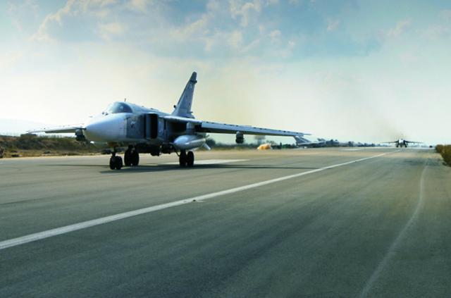 Na snímke ruského ministerstva obrany ruský stíhací bombardér SU-24M štartuje z leteckej základne Hmeimim v Sýrii  6. októbra 2015. Ministerstvo vo vyhlásení informovalo, že ruské lietadlá uskutočnili približne 20 náletov a zničili niekoľko zariadení Islamského štátu