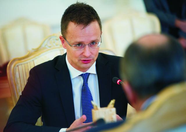 Na archívnej snímke maďarský minister zahraničných vecí Péter Szijjártó (vľavo) počas stretnutia so šéfom ruskej diplomacie Sergejom Lavrovom v Moskve 21. októbra 2015