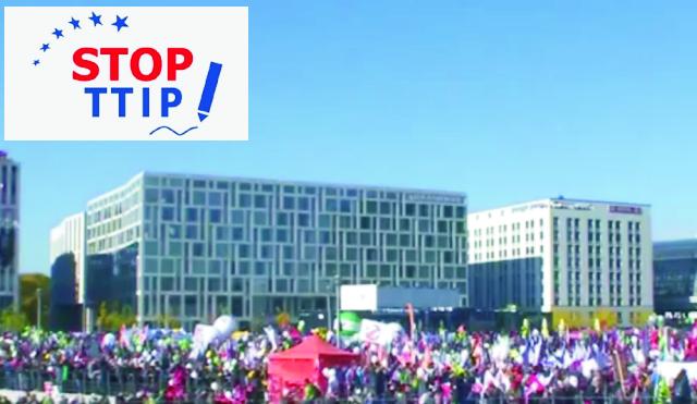 Prinajmenšom 40 tisíc ľudí ( na snímke záber z pochodu) sa zúčastnilo v Berlíne demonštrácie proti uzavretiu dohody o transatlantickom obchodnom a investičnom partnerstve (TTIP)
