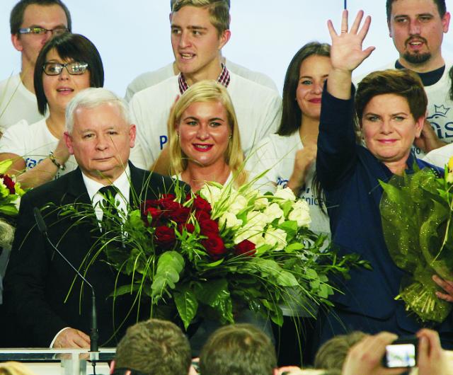 Predseda poľskej konzervatívnej strany Právo a spravodlivosť (PiS) Jaroslaw Kaczynski (vľavo) a volebná líderka PiS Beata Szydlová sú v sídle strany vo Varšave v nedeľu 25. októbra 2015.  Jaroslaw Kaczynski bezprostredne po skončení nedeľňajších parlamentných volieb oznámil víťazstvo nad centristami z Občianskej platformy (PO), ktorí v Poľsku vládli posledných osem rokov. Premiérka Ewa Kopaczová stojaca na čele PO medzitým priznala porážku