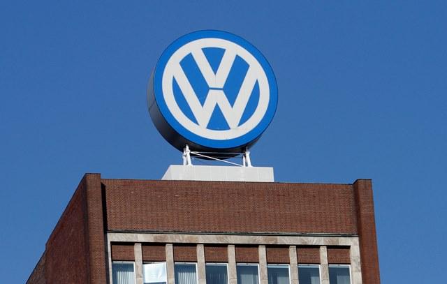 Na snímke logo Volkswagenu v sídle spoločnosti v nemeckom Wolfsburgu
