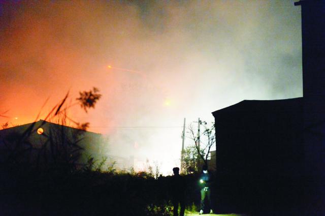 Dym stúpa z miesta výbuchu v dedine Siditou, v čínskej provincii Tchien-ťin 13. októbra 2015. K explózii došlo v sklade pre materiály s alkoholom v pondelok v noci