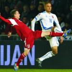 Kornel Saláta (Slovensko) a Michail Gordejčuk  (Bielorusko) v kvalifikačnom zápase C - skupiny o postup na EURO 2016  Slovensko - Bielorusko v Žili