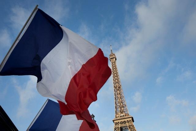 Francúzske zástavy vejú pred Eiffelovou vežou