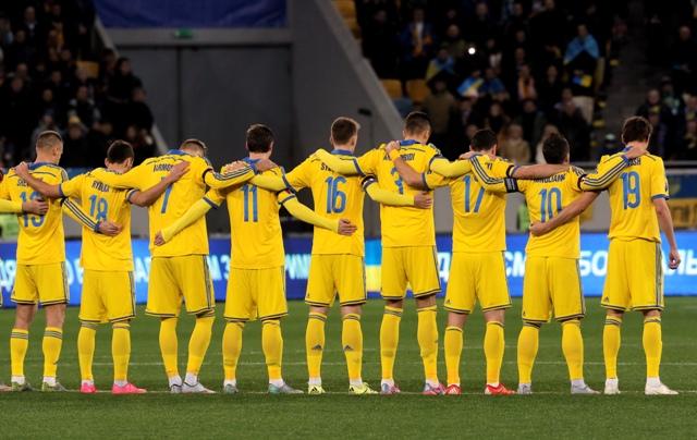 Ukrajinskí futbalisti si uctili minútou ticha obete piatkových teroristických útokov Paríži, pred prvým zápasom baráže o postup na Euro 2016 medzi Ukrajinou a Slovinskom