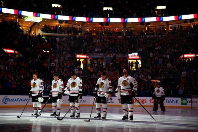 Na snímke hráč Chicaga Blackhawks Marián Hossa (vľavo) so spoluhráčmi si uctili obete piatkových teroristických útokov v Paríži pred zápasom zámorskej NHL proti St. Louis Blues
