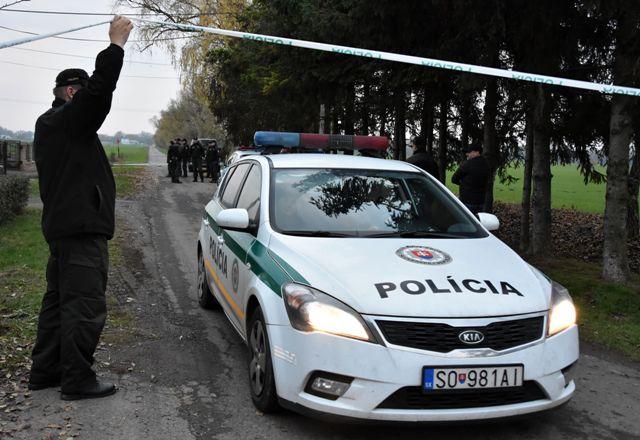 Na snímke policajné auto prechádza policajnou uzáverou k miestu nehody ukrajinského vrtuľníka pri obci Stretavka