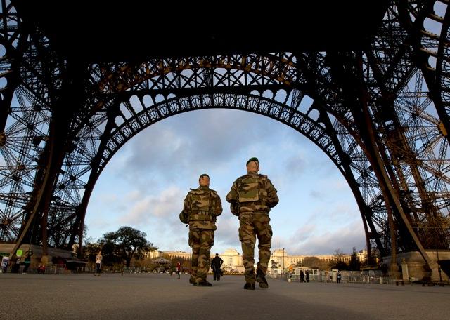 Francúzski vojaci hliadkujú pod Eiffelovou vežou