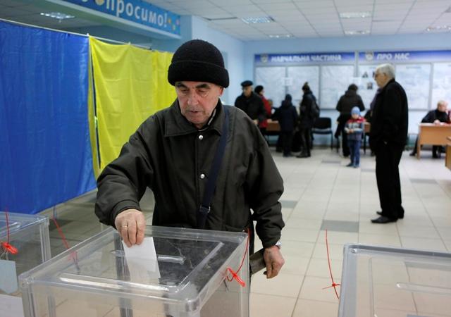 Ukrajinec hlasuje v druhom kole volieb do obecných orgánov