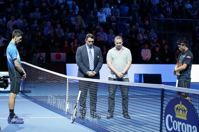 Srbský tenista Novak Djokovič (vľavo) a japonský tenista Kei Nišikori si uctili minútou ticha obete piatkových teroristických útokov v Paríži, pred zápasom skupiny Stana Smitha na Turnaji majstrov v Londýne