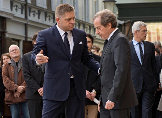 Predseda vlády SR Robert Fico (vľavo) navštívil v pondelok 16. novembra 2015 Veľvyslanectvo Francúzskej republiky v SR na Hlavnom námestí v Bratislave, aby si spoločne s francúzskym veľvyslancom Didierom Lopinotom (vpravo) uctil obete piatkových teroristických útokov v Paríži