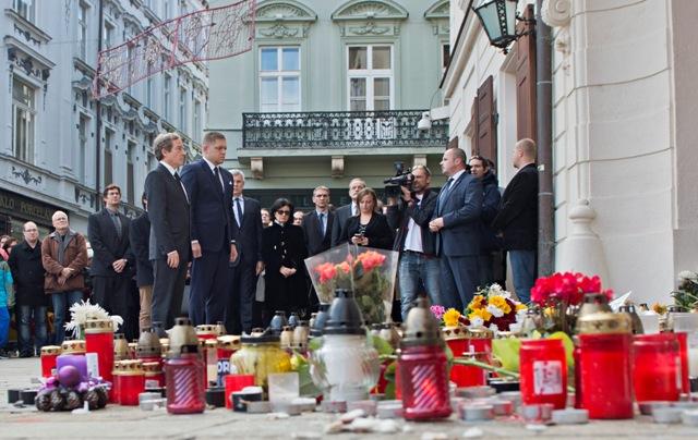 Predseda vlády SR Robert Fico (druhý zľava) navštívil v pondelok 16. novembra 2015 Veľvyslanectvo Francúzskej republiky v SR na Hlavnom námestí v Bratislave, aby si spoločne s francúzskym veľvyslancom Didierom Lopinotom (vľavo) uctil obete piatkových teroristických útokov v Paríži