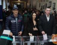 Kyjevský primátor Vitalij Kličko spolu s manželkou Natáliou a bratom Vladimírom v nedeľu podvečer zavítal do volebnej miestnosti, aby odovzdal svoj hlas