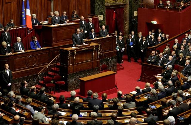Na snímke francúzsky prezident Francois Hollande (v strede) počas prejavu na spoločnom zasadnutí oboch komôr francúzskeho parlamentu - Národného zhromaždenia a Senátu vo Versailles