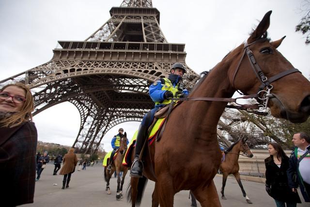 Na snímke hliadka francúzskej polície na koňoch pod Eiffelovou vežou po piatkových teroristických útokoch v Paríži 16. novembra 2015
