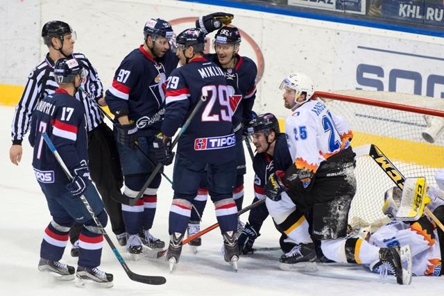Na snímke vľavo klbko hráčov Slovana sa raduje po strelení druhého gólu v zápase hokejovej KHL HC Slovan Bratislava - Severstaľ Čerepovec