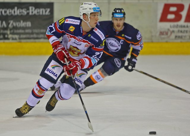 Na snímke zľava Daniel Krejčí (Zvolen) a Marek Bartánus (Košice) v zápase 22. kola slovenskej hokejovej Tipsport Ligy HKm Zvolen - HC Košice