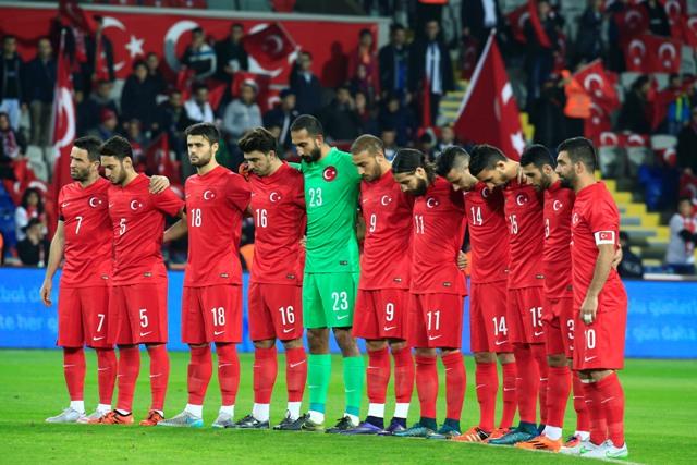 Na snímke tureckí futbaloví reprezentanti počas minúty ticha na znak piety za obeťami útokov v Paríži pred prípravným futbalovým zápasom s Gréckom v Istanbule