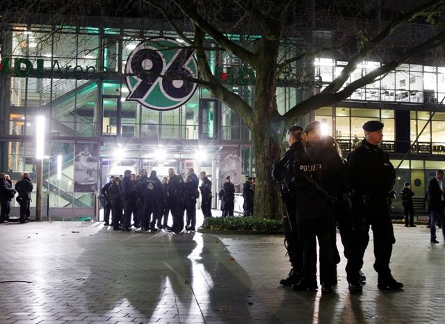 Policajti stoja pred futbalovým štadiónom v Hannoveri, ktorý museli evakuovať pred začiatkom  priateľského zápasu Nemecko - Holandsko z dôvodu hrozby bombovým atentátom