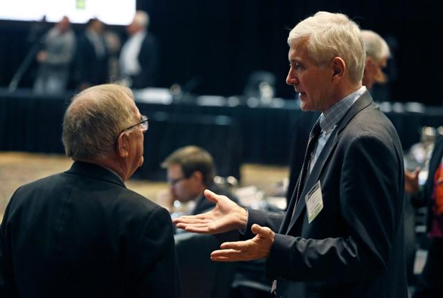 Nórsky antidopingový expert Rune Andersen (vpravo) a Novozélanďan  Warwick Gendall sa rozprávajú pred stretnutím nezávislej komisie Svetovej antidopingovej agentúry (WADA)