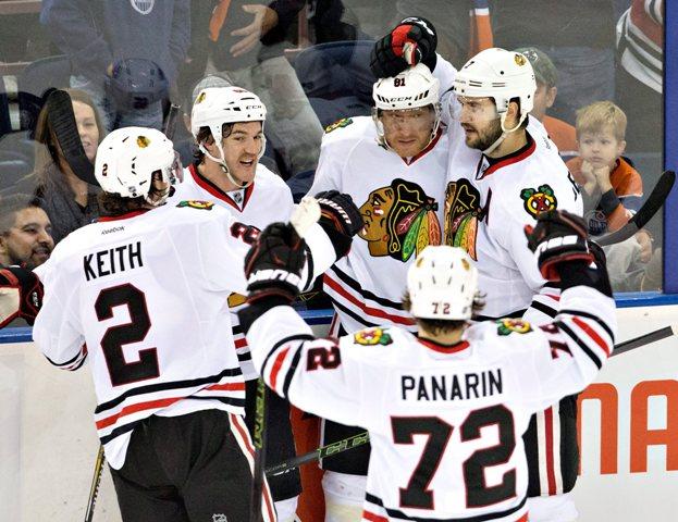 Spoluhráči gratulujú slovenskému útočníkovi Chicaga Mariánovi Hossovi po strelení víťazného gólu v zápase zámorskej hokejovej NHL Chicago Blackhawks - Edmonton Oilers v Edmontone