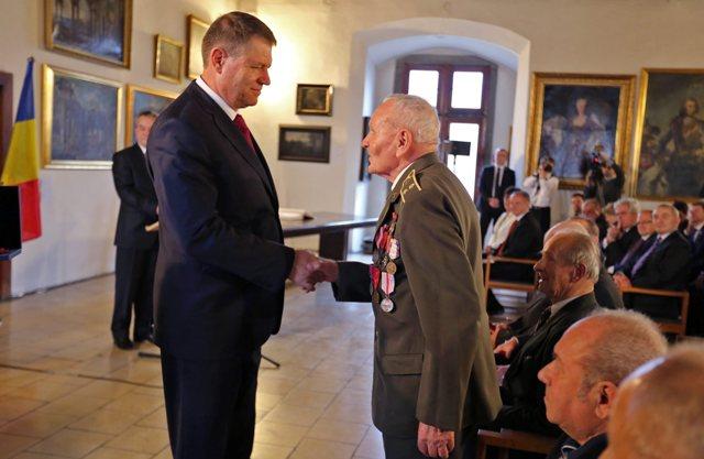 Na snímke prezident Rumunska Klaus Werner Iohannis udeľuje vyznamenia veteránom z II. svetovej vojny na Zvolenskom zámku