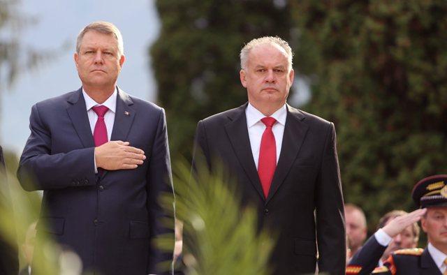 Na snímke prezident SR Andrej Kiska (vpravo) a prezident Rumunska Klaus Iohannis  počas smútočného ceremoniálu kladenia vencov k Pamätníku Rumunskej armády na Rumunskom vojnovom cintoríne na zvolenskom sídlisku Zlatý potok