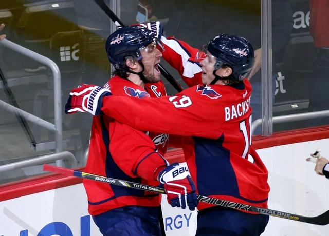 Na snímke ruský útočník Alexander Ovečkin (vľavo) oslavuje svoj 484 gól v NHL so spoluhráčom Nicklasom Backströmom v zámorskej hokejovej NHL v zápase Dallas Stars - Washington Capitals vo Washingtone