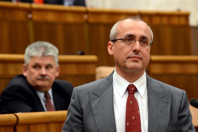 Na snímke minister spravodlivosti SR Tomáš Borec (vpravo) a minister práce, sociálnych vecí a rodiny SR Ján Richter (vľavo)