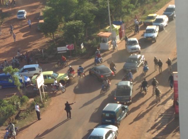 Bezpečnostné jednotky (vpravo)  uzatvárajú miesto útoku na hotel Radisson Blu v malijskom meste Bamako