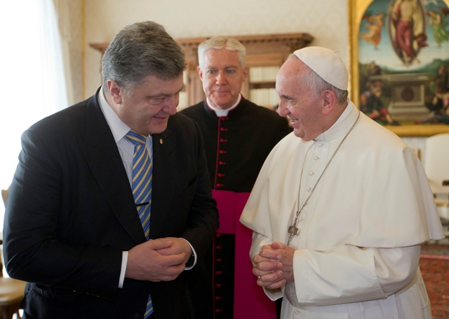 Na snímke ukrajinský prezident Petro Porošenko (vľavo) počas stretnutia s pápežom Františkom (vpravo) vo Vatikáne