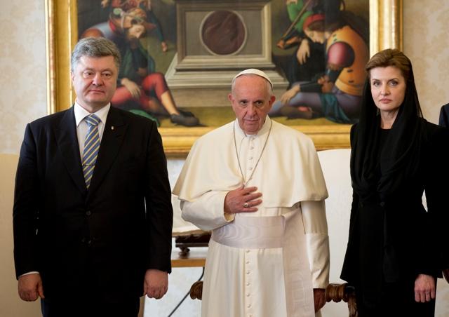 Na snímke ukrajinský prezident Petro Porošenko (vľavo) a jeho manželka Maria (vpravo) počas prijatie pápežom Františkom (v strede) vo Vatikáne
