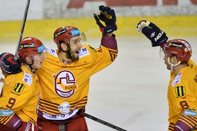 Na snímke trenčan Denis Hudec (uprostred) sa teší po góle so spoluhráčmi Jozefom Švecom (vľavo) a Martinom Vozdeckým v zápase 24. kola Tipsport Ligy HK Dukla Trenčín - HC'05 iClinic Banská Bystrica