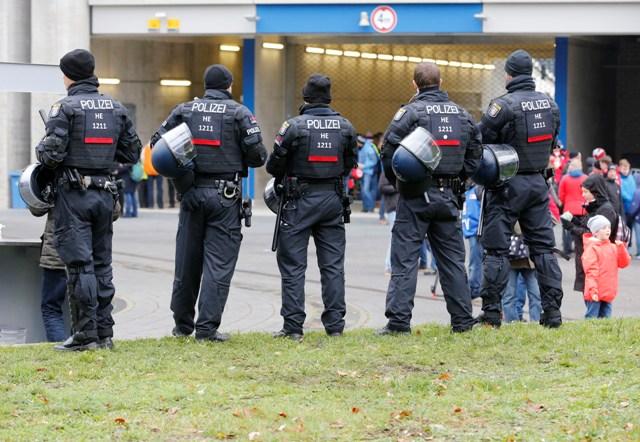 Na ilustračnej snímke nemeckí policajti