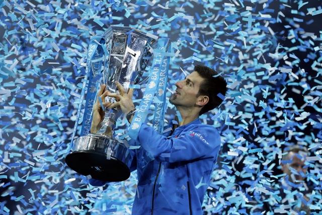 Na snímke srbský tenista Novak Djokovič pózuje s trofejou po triumfe na Turnaji majstrov v Londýne