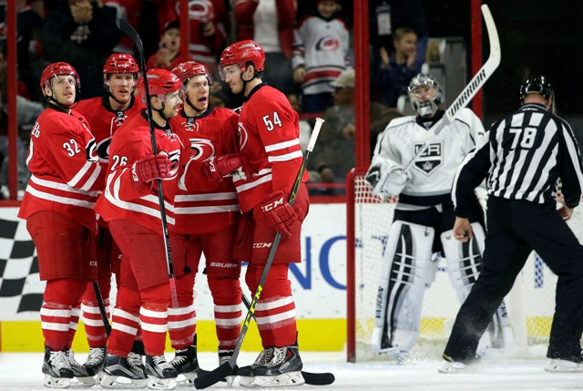 Hokejista Caroliny Hurricanes Jeff Skinner (tretí zľava) sa teší so spoluhráčmi po strelení gólu v zápase zámorskej hokejovej NHL Carolina Hurricanes - Los Angeles Kings v Raleigh
