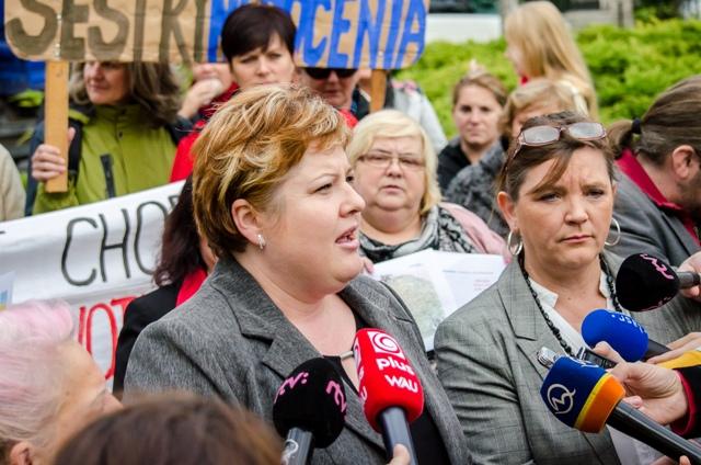 Na snímke vľavo predsedníčka Odborového združenia sestier a pôrodných asistentiek Monika Kavecká a vpravo prezidentka Slovenskej komory sestier a pôrodných asistentiek Iveta Lazorová