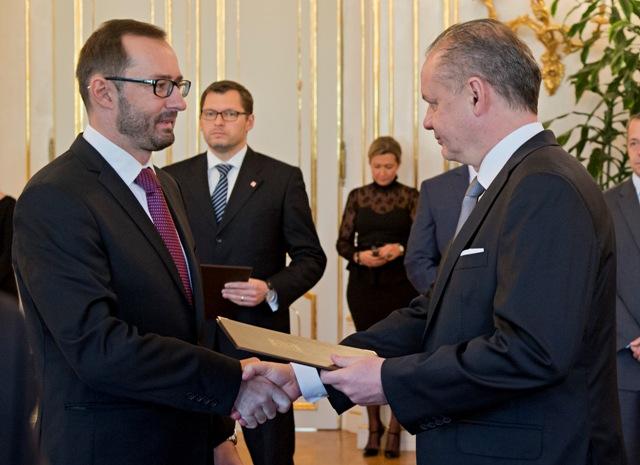 Prezident SR Andrej Kiska (vpravo) vymenoval profesorov vysokých škôl 24. novembra 2015 v Bratislave. Na snímke vľavo si menovací dekrét v odbore geografia preberá Martin Boltižiar