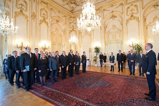 Prezident SR Andrej Kiska (vpravo) vymenoval profesorov vysokých škôl