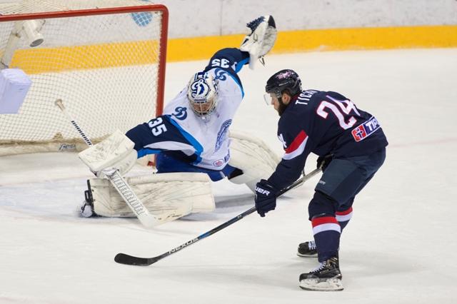 Na snímke vpravo Rok Tičar (Slovan) strieľa v oslabení gól v v zápase hokejovej KHL HC Slovan Bratislava - Dinamo Minsk