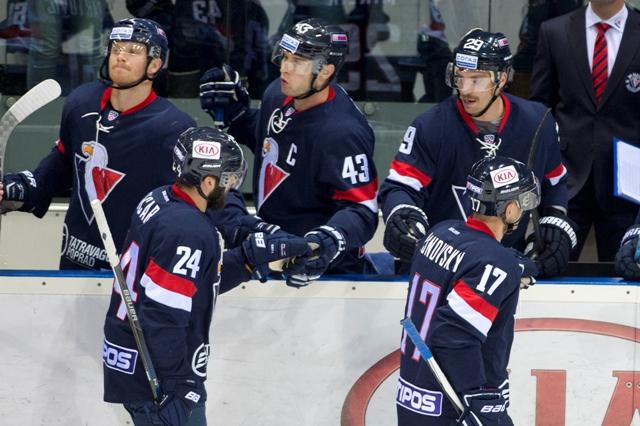 Na snímke v popredí vľavo strelec prvého gólu Slovana Rok Tičar a vpravo v popredí Ľubomír Višňovský v zápase hokejovej KHL HC Slovan Bratislava - Dinamo Minsk
