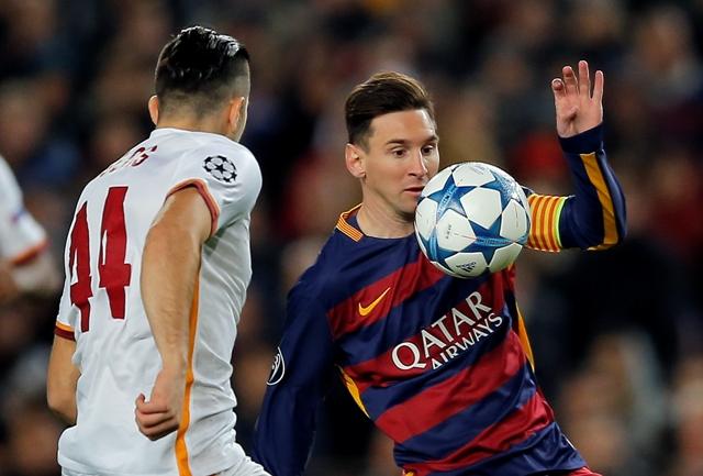 Na snímke hráč Barcelony Lionel Messi (vpravo) a hráč Olypiakosu Konstantinos Manolas