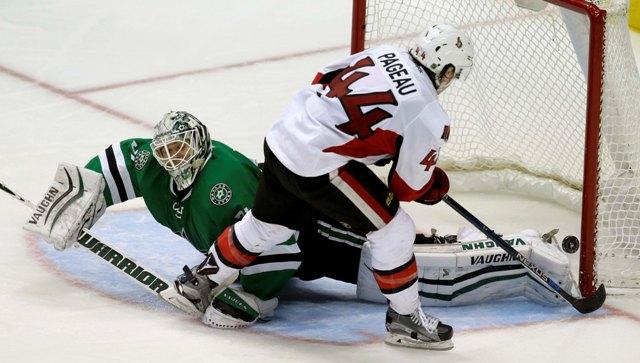 Hokejista Ottawy Senators Jean-Gabriel Pageau prekonáva brankára Dallasu Stars Anti Nieminena v zápase zámorskej hokejovej NHL Dallas Stars - Ottawa Senators v Dallase