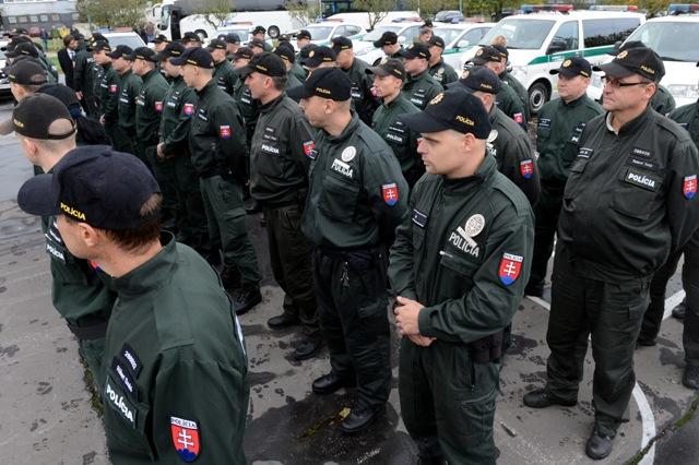 Na snímke slávnostný nástup príslušníkov Policajného zboru SR na slávnostnom vyslaní 50 policajtov na ochranu maďarsko-srbskej hranice v Bratislave 20. októbra 2015
