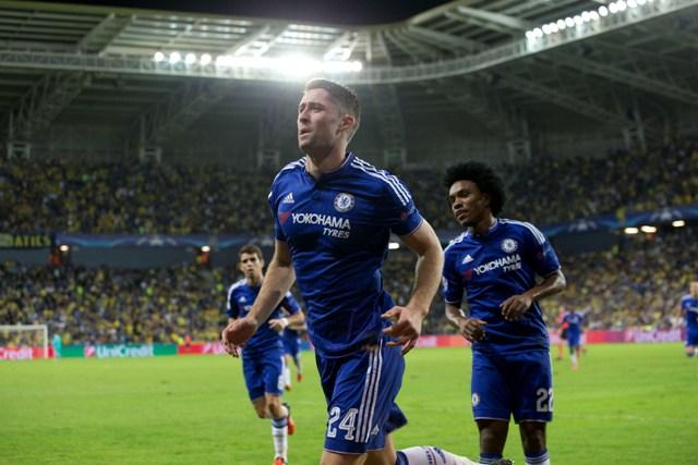 Hráč Chelsea Gary Cahill oslavuje gól v zápase 5. kola skupinovej fázy Ligy majstrov skupiny G Maccabi Tel Aviv – Chelsea Londýn v Haife
