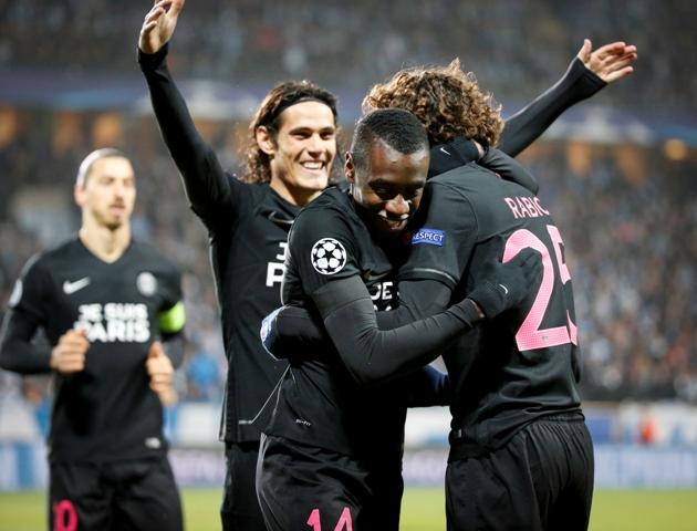 Hráči Paris Saint-Germain sprava Adrien Rabiot, Blaise Matuidi a Edinson Cavan oslavujú gól v zápase 5. kola skupinovej fázy Ligy majstrov skupiny A Malmö FF - Paris Saint-Germain v Malmö