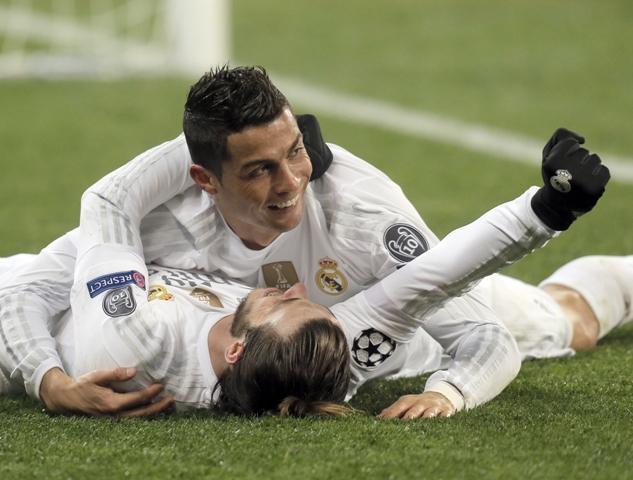 Hráč Realu Madrid Cristiano Ronaldo (hore) oslavuje gól so spoluhráčom Garethom Baleom v zápase 5. kola skupinovej fázy Ligy majstrov skupiny A Šachtar Doneck - Real Madrid v Ľvove