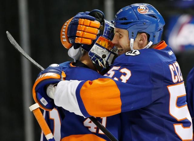 Hokejista New Yorku Islanders Casey Cizikas objíma brankára Slováka Jaroslava Haláka po výhre v zápase zámorskej hokejovej NHL New York Islanders - Philadelphia Flyers v New York